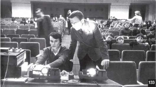 П. Печенкин перед показом своего слайд-фильма «Метаморфозы». 1981 г.